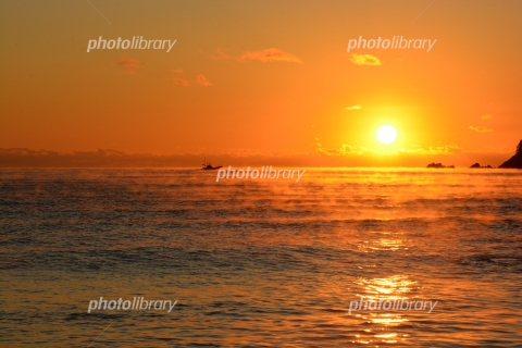 6546898 気嵐と日の出と漁船