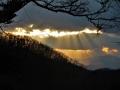 西山に注ぐ陽光