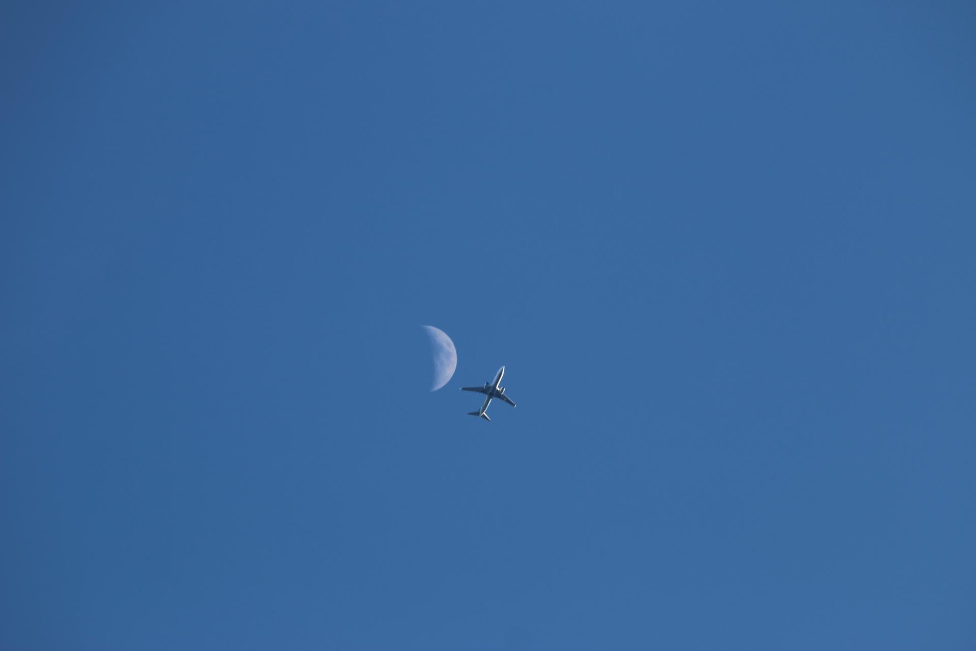 飛行機、月に接近