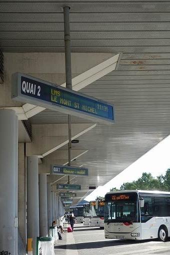 バスターミナルからバスに乗ります