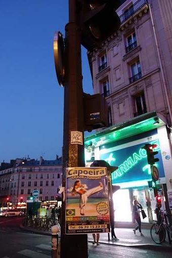 パリの街中にカポエイラのポスターが