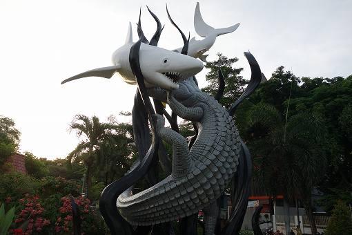 サメを意味するSuraとワニを意味するBayaがこの地で最強の動物を争った