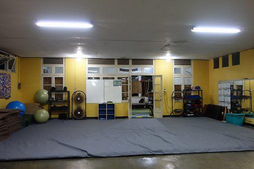 マットやトレーニング機器も置いてあって、設備が充実しています。