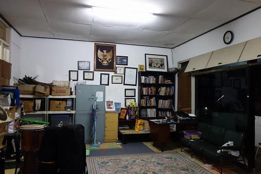 書棚にはいろいろなカポエイラの本があります