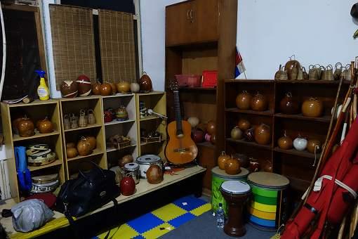 奥の部屋には楽器とかが置いてあり