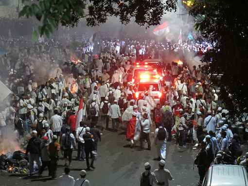 一部の暴力的なデモ参加者と警察が衝突