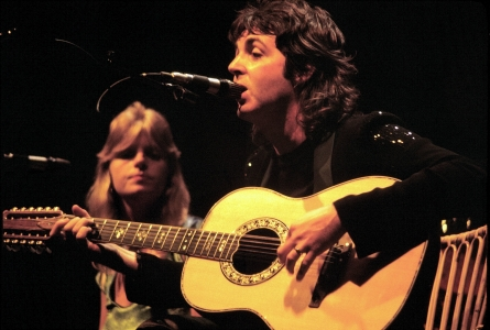 Paul_McCartney_with_Linda_McCartney_-_Wings_.jpg