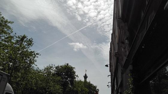 パリ 飛行機ぐも