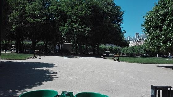 都市封鎖のパリ、ヴォージュ広場