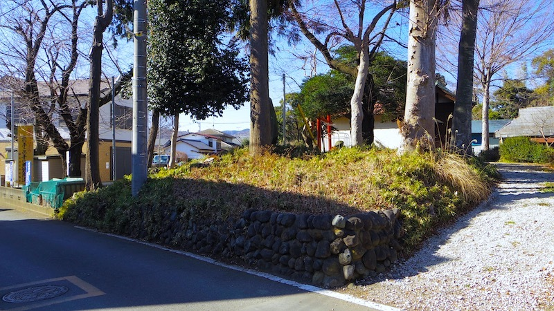 蚕影神社の塚状地形1