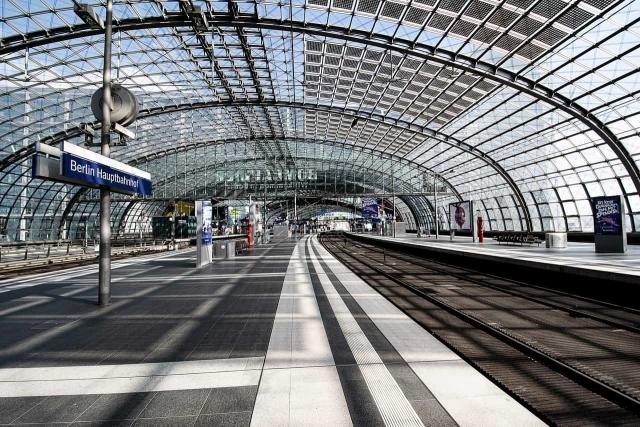 誰もいない駅のプラットフォームの画像