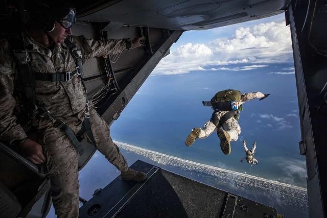 飛行機から飛び降りている男性の画像