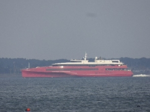 423 博多湾内を走行する船クイーンビートル