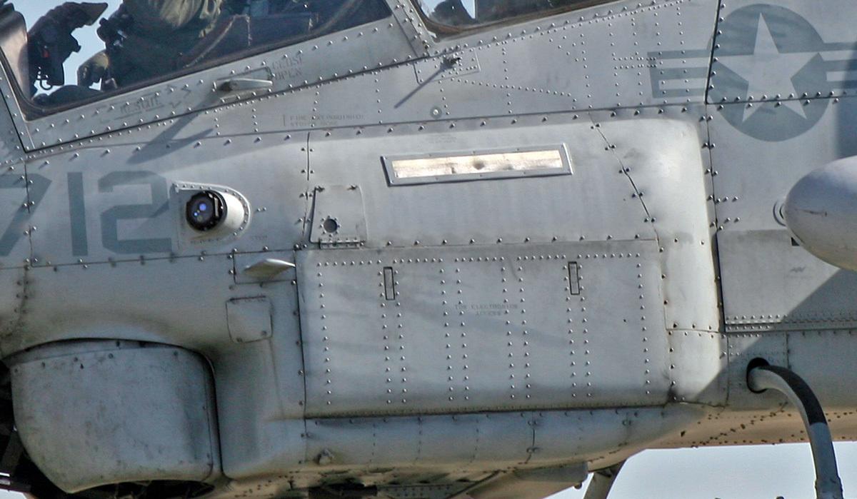 AH-1W-700-Real-比較-右
