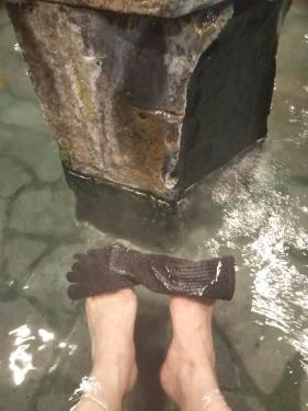 20201012バスターミナル前足湯で靴下落とす