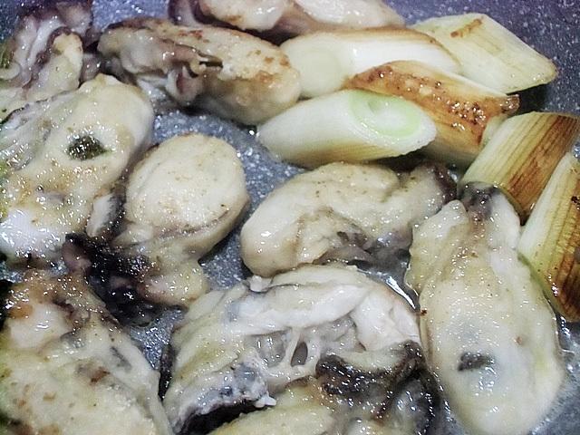 粉をまぶして牡蠣を焼く