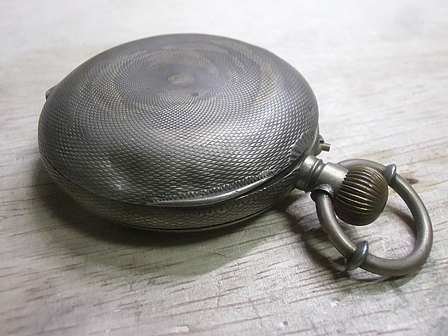 1-鱗模様の懐中時計