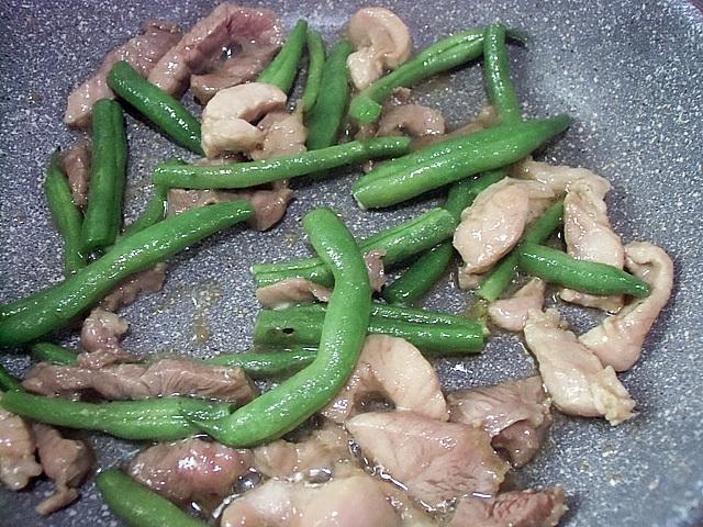 豚とインゲンを炒める