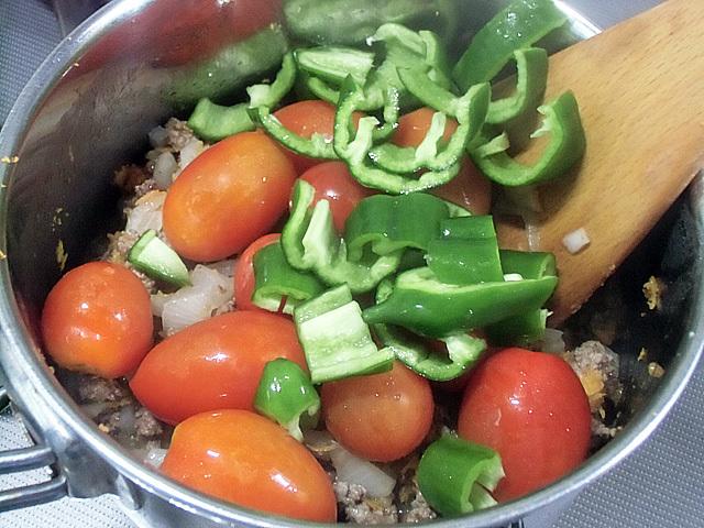 トマトとシシトウを投入