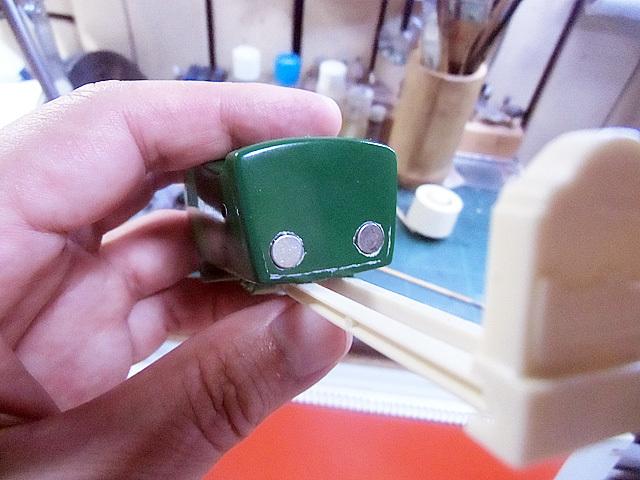 小型の強力磁石を埋めました