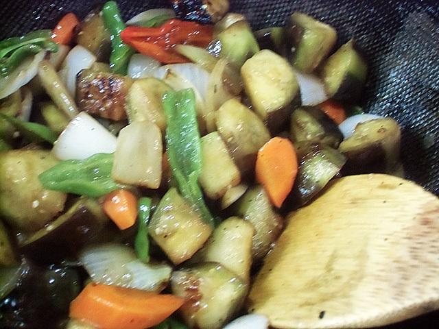秋の野菜を炒める