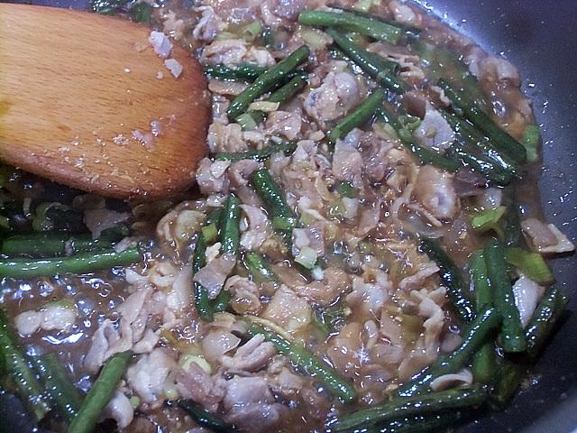 肉を炒める