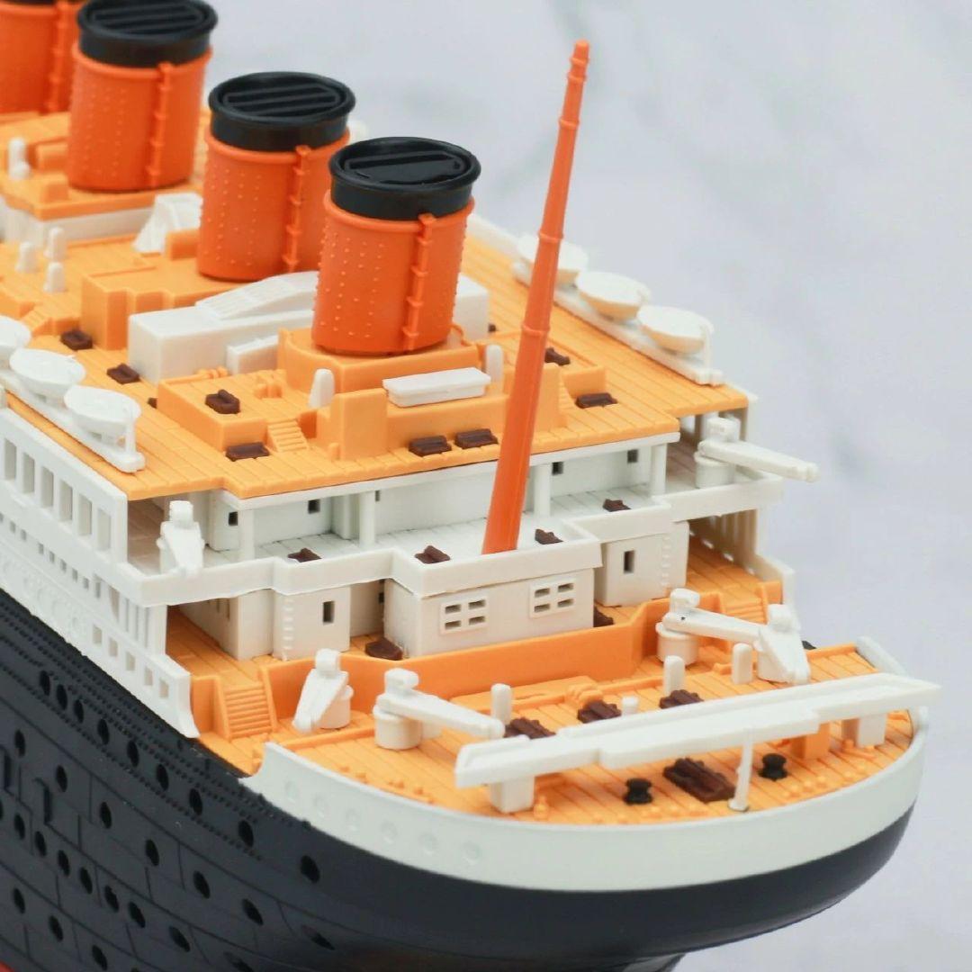 S484_1_2_RMS_Titanic_ice_SOUTHAMPTON_022.jpg