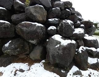 10-4八幡山古墳 積み石に雪