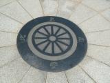 JR可部駅 西口モニュメント 池の真ん中の方位
