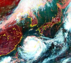 人が飛ばされるほど…時速200キロの台風8号、26日に韓半島へ[韓国ネット民]台風さん、ここは直進禁止地域です!右折してください