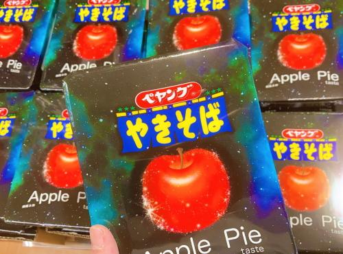 [韓国の反応]とうとう日本でアップルパイ味の焼きそばが発売されたそうですね・・・[韓国ネット民]パッケージは味が地球のものではないことを表しているのだ