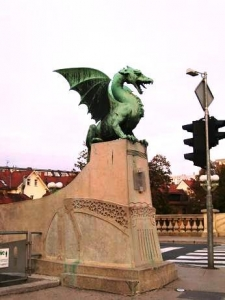 リュブリャナの象徴である龍の銅像