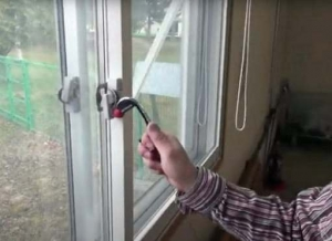 鍵に触らずに窓を開ける