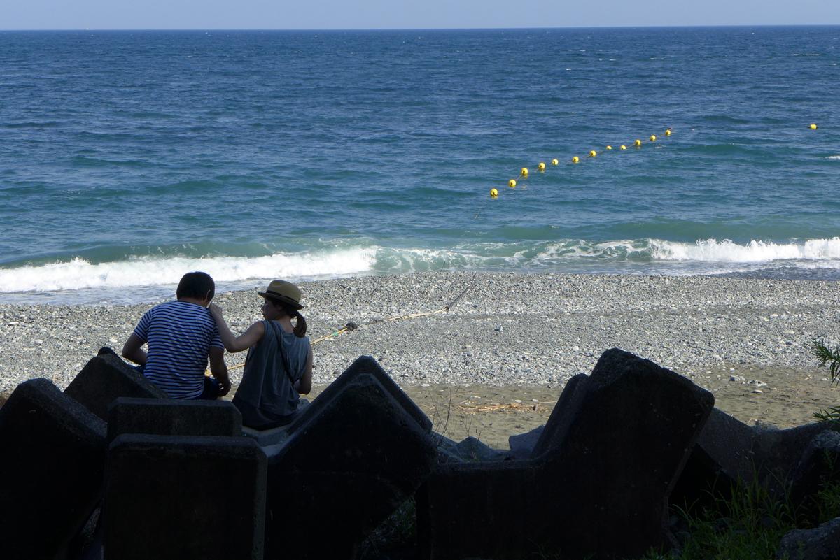 小田原スナップ 8月の御幸の浜海岸でテトラポットに座る男女