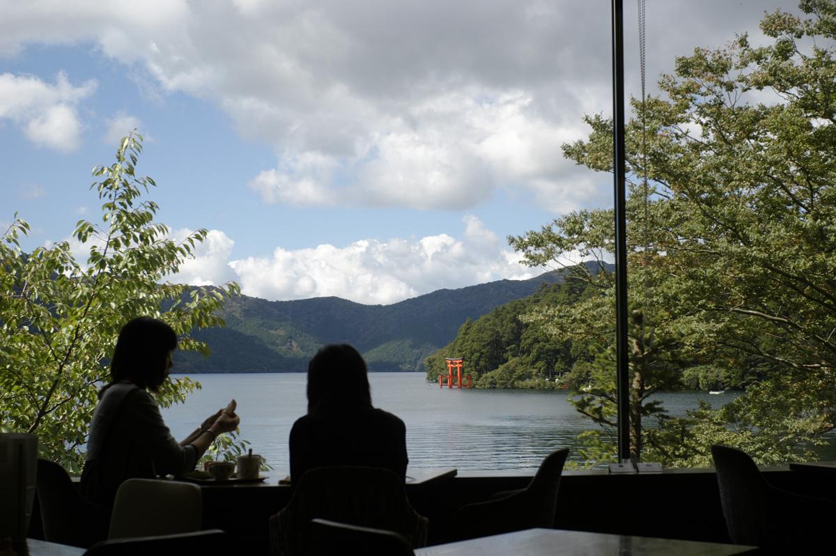 ベーカリー&テーブルから望む箱根芦ノ湖