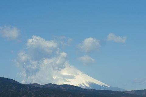 南側に雪雲が掛かった富士山