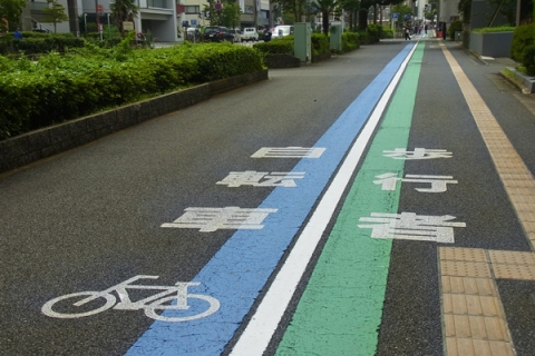 歩道上の自転車専用レーン