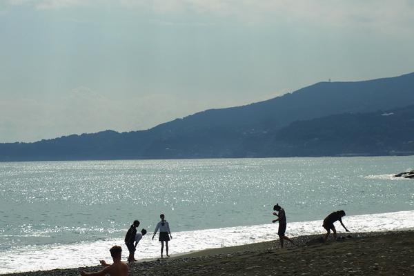 御幸の浜海岸スナップ波遊びの高校生