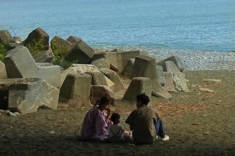 御幸の浜海岸スナップ親子連れ