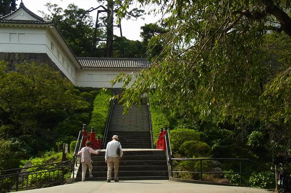 常磐木橋を渡る老夫婦