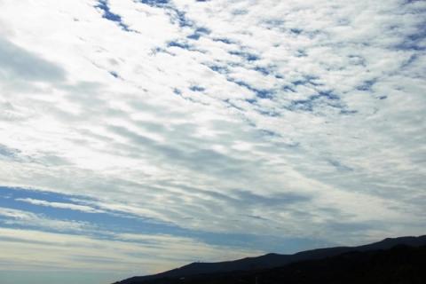 箱根山に掛かる秋の雲