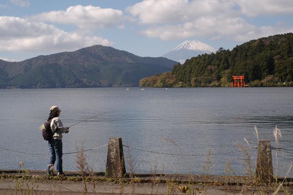 芦ノ湖畔から富士山と鳥居を望む