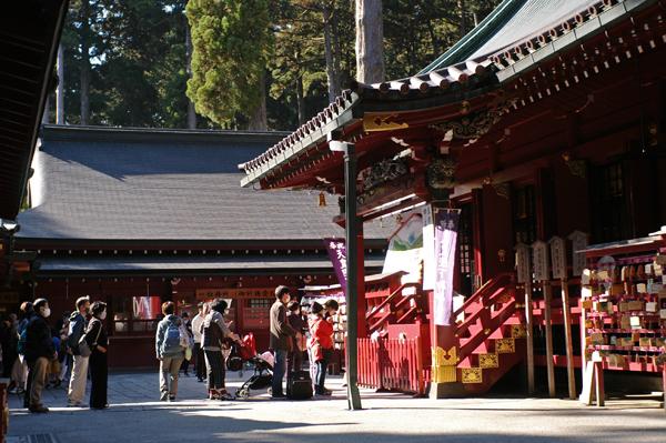 箱根神社で参拝する人々