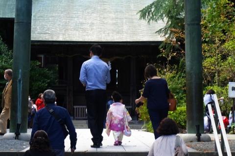 七五三参拝に向かう親子