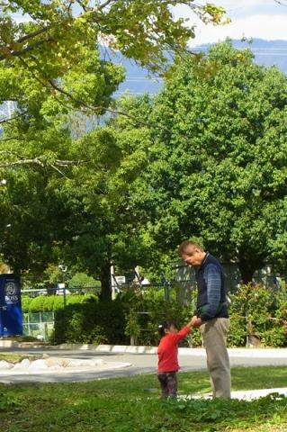 公園で遊ぶお祖父ちゃんと孫