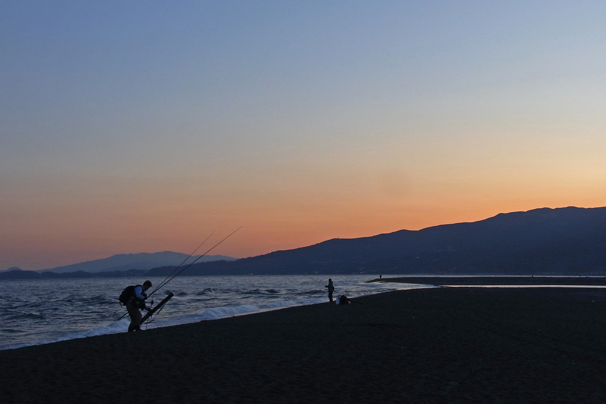 夕刻に納竿する釣り人