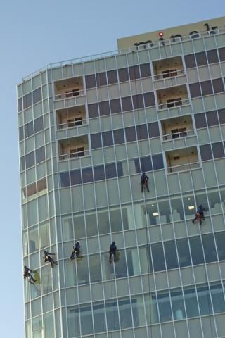 ビルの窓拭き作業