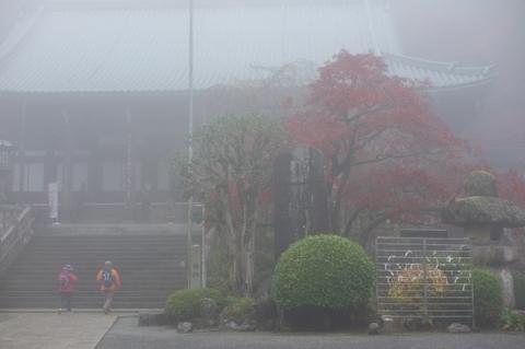 霧に霞む最乗寺の紅葉
