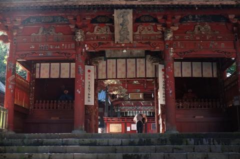 北口本宮富士浅間神社山門で礼をする人