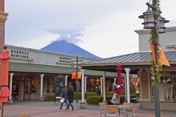 御殿場プレミアムアウトレットのアーケードと富士山